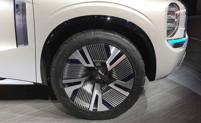 Người mẫu nhìn chân và ô tô đẹp hay không, đôi khi cũng nhìn vào la zăng - Ảnh 7.