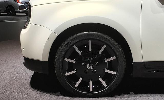 Người mẫu nhìn chân và ô tô đẹp hay không, đôi khi cũng nhìn vào la zăng - Ảnh 9.