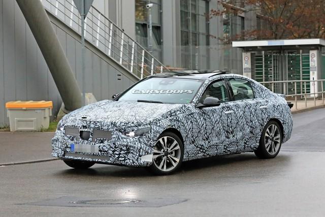 Mercedes-Benz C-Class thế hệ mới lần đầu tung video chạy thử, phản đòn BMW 3-Series - Ảnh 1.