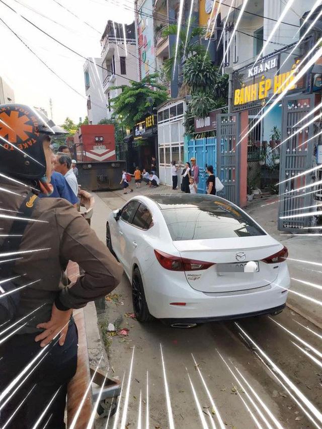 Chủ xe Mazda3 đỗ ngang trái trên đường ray rồi đi chơi và cái kết khi tàu hoả đến - Ảnh 2.