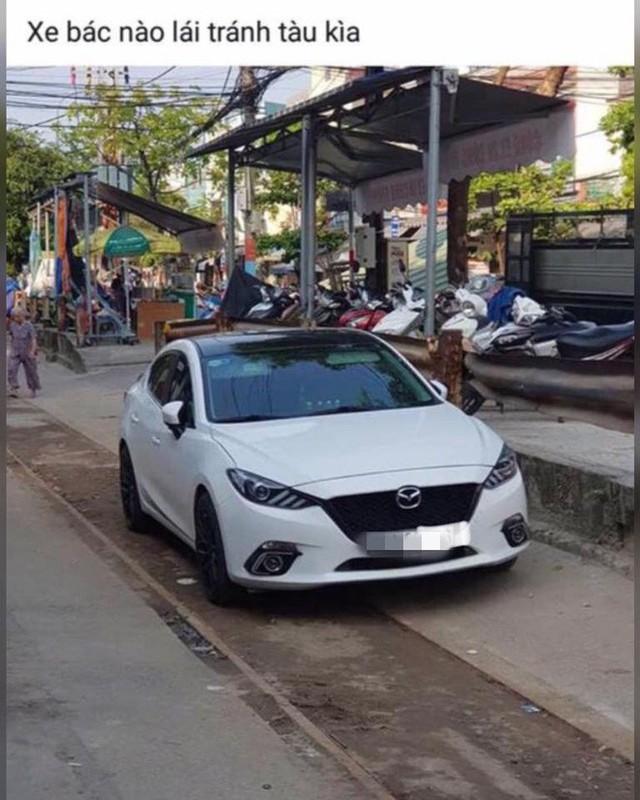 Chủ xe Mazda3 đỗ ngang trái trên đường ray rồi đi chơi và cái kết khi tàu hoả đến - Ảnh 3.