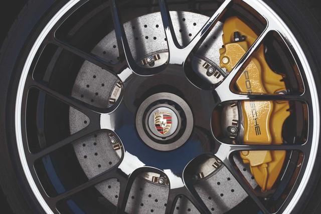 Porsche: Không muốn vệ sinh lốp? Hãy mua phanh gốm carbon còn sợ tã nhanh thì... thôi
