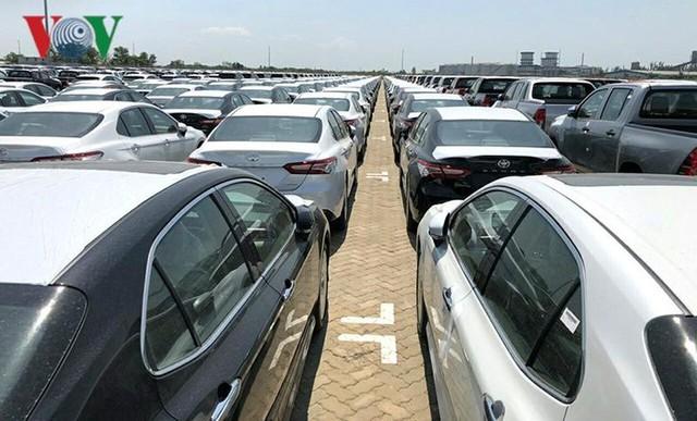 Hình ảnh hàng trăm Toyota Camry 2019 xếp hàng dài tại cảng TP HCM - Ảnh 2.