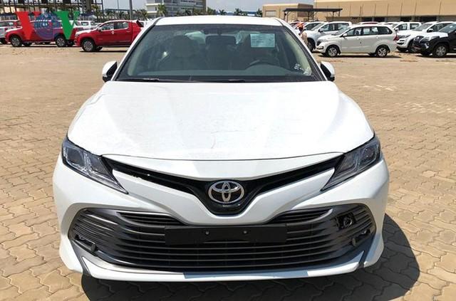Hình ảnh hàng trăm Toyota Camry 2019 xếp hàng dài tại cảng TP HCM - Ảnh 3.