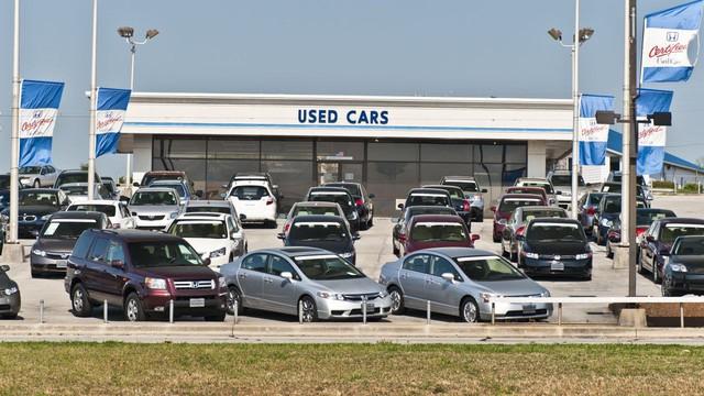 Tăng giá liên tục, hãng phải nhập xe mới cho có để bán xe cũ - Ảnh 2.