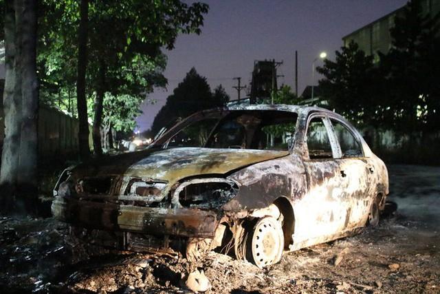 Tài xế tập lái lao vào đống rác, ô tô bốc cháy dữ dội - Ảnh 1.
