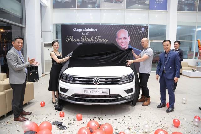 Trước thềm 8/3, ca sĩ Phan Đinh Tùng tay trong tay cùng vợ sắm SUV 7 chỗ tiền tỉ - Ảnh 1.