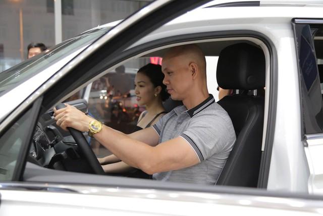 Trước thềm 8/3, ca sĩ Phan Đinh Tùng tay trong tay cùng vợ sắm SUV 7 chỗ tiền tỉ - Ảnh 3.
