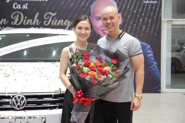Trước thềm 8/3, ca sĩ Phan Đinh Tùng tay trong tay cùng vợ sắm SUV 7 chỗ tiền tỉ - Ảnh 2.
