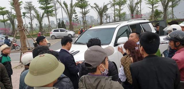 Nam thanh niên mặc áo Grab đập kính xe Lexus 570 trộm túi da - Ảnh 1.