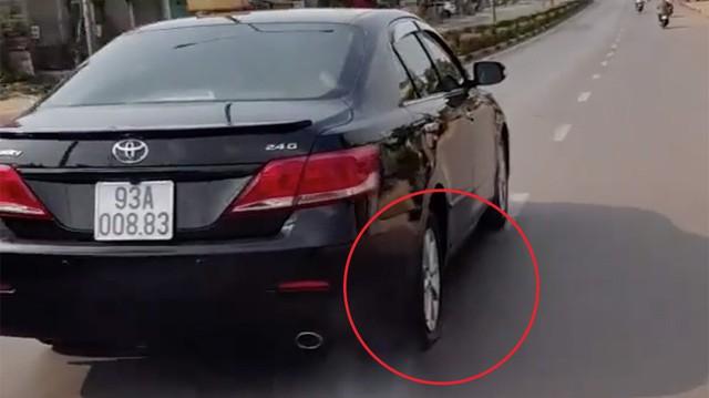 Chiếc Toyota Camry đi bằng 2 bánh tại Bình Phước, chi tiết bánh sau gây tranh cãi
