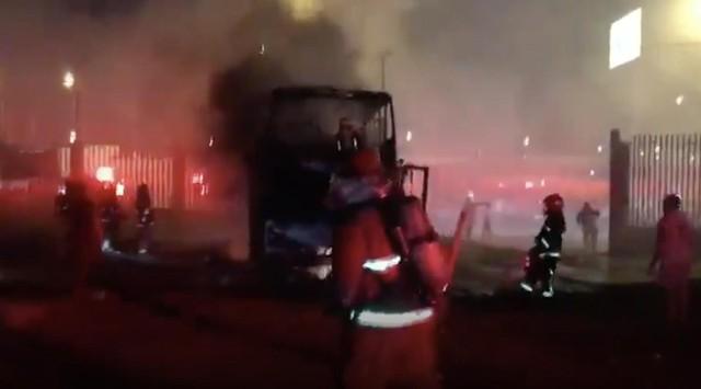 Cháy xe bus 2 tầng, 20 người thiệt mạng - Ảnh 1.