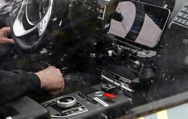 SUV đầu tiên của Aston Martin lộ diện với nội thất đậm chất Mercedes-Benz - Ảnh 2.