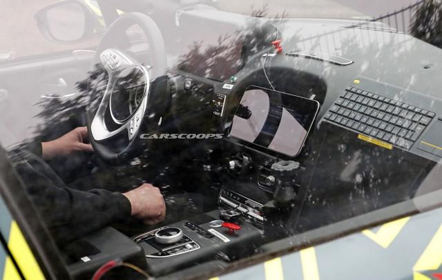 SUV đầu tiên của Aston Martin lộ diện với nội thất đậm chất Mercedes-Benz - Ảnh 1.