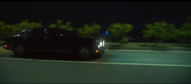 Bộ đôi siêu phẩm Mercedes-AMG GT S và Bentley Mulsanne xuất hiện trong MV mới của Lou Hoàng - Ảnh 2.