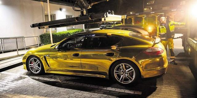 Porsche Panamera vàng chói loá như xe Phúc XO đi thuê bị cảnh sát tạm giữ vì lý do không ngờ - Ảnh 1.