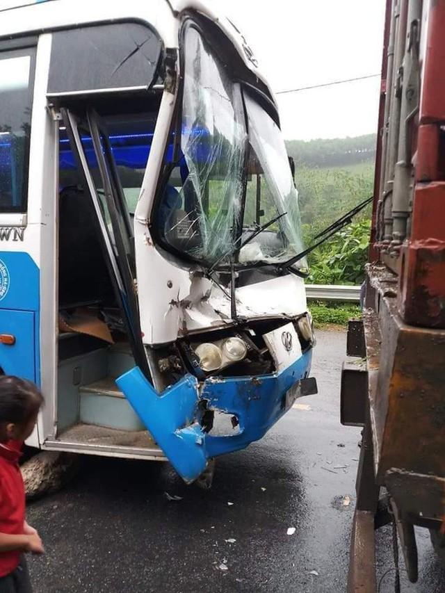 Xe khách mất phanh, tài xế nhanh trí... tông vào đuôi xe container để thoát nạn - Ảnh 1.