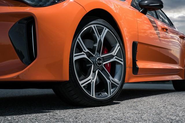 Kia Stinger GTS: Thêm nỗ lực của xe Hàn bình dân trong sân chơi xe thể thao - Ảnh 4.