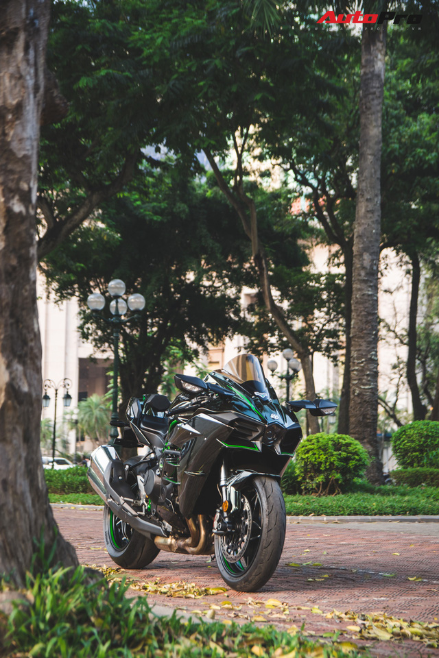 Soi kĩ 'siêu mô tô' Kawasaki H2 giá ngang Toyota Camry đầu tiên tại Hà Nội - Ảnh 3.