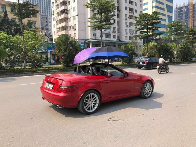 Đi Mercedes mui trần nhưng dùng ô che nắng - Hành động kém sang bị cư dân mạng chỉ trích - Ảnh 2.