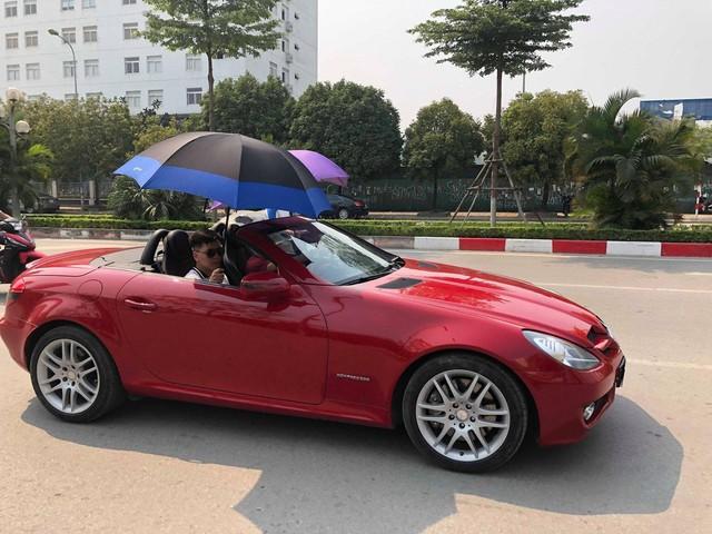 Đi Mercedes mui trần nhưng dùng ô che nắng - Hành động kém sang bị cư dân mạng chỉ trích - Ảnh 1.