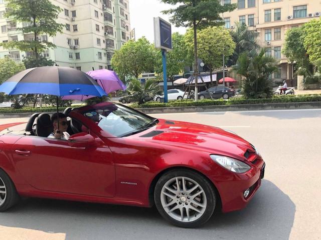 Đi Mercedes mui trần nhưng dùng ô che nắng - Hành động kém sang bị cư dân mạng chỉ trích - Ảnh 3.
