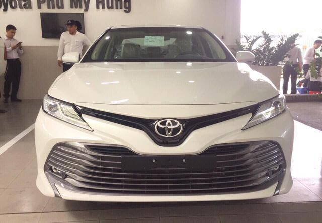 Toyota Camry 2019 ồ ạt về đại lý trước giờ G, sẵn sàng cho ngày mở bán - Ảnh 2.