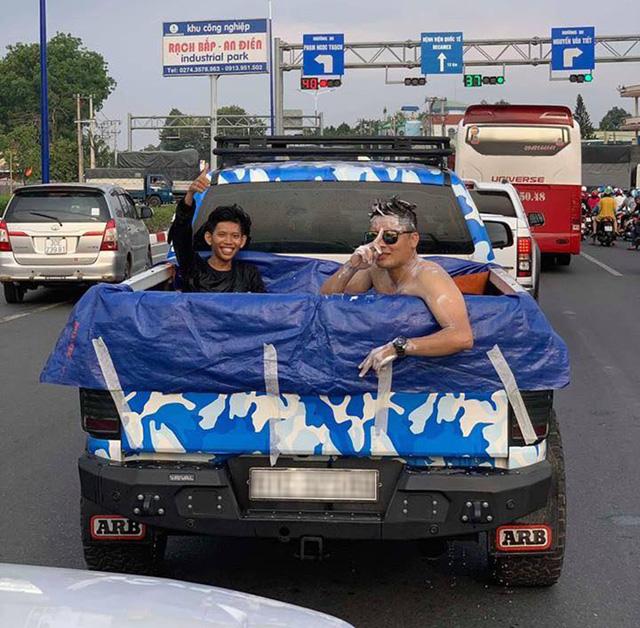 Thời tiết nóng bức, dân chơi Việt chế thùng xe bán tải thành bể bơi di động rồi ngang nhiên tham gia giao thông - Ảnh 1.