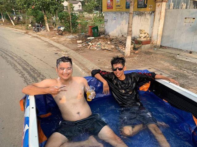 Thời tiết nóng bức, dân chơi Việt chế thùng xe bán tải thành bể bơi di động rồi ngang nhiên tham gia giao thông - Ảnh 3.