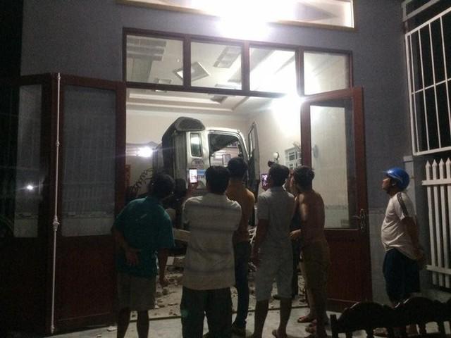 Cận cảnh hiện trường xe đầu kéo đâm xuyên phòng khách một gia đình vào nửa đêm - Ảnh 1.