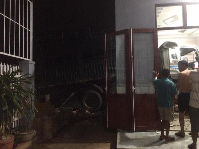 Cận cảnh hiện trường xe đầu kéo đâm xuyên phòng khách một gia đình vào nửa đêm - Ảnh 3.