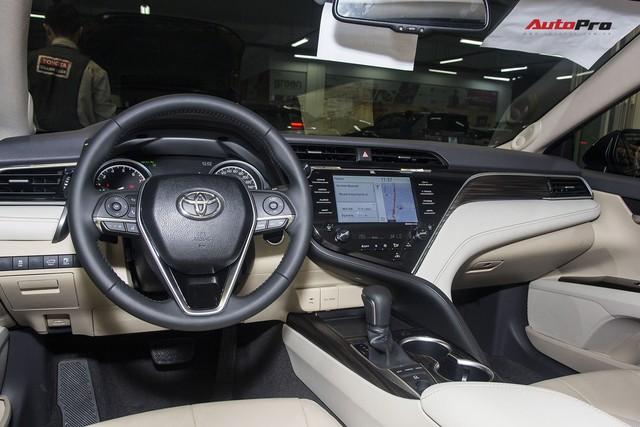 Toyota Camry 2019 chính thức ra mắt tại Việt Nam: Lột xác toàn diện để giữ vua doanh số phân khúc - Ảnh 3.