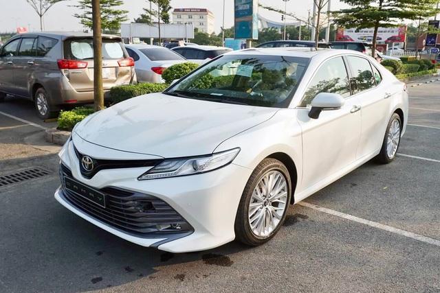 Toyota Camry giảm giá hàng chục triệu đồng tại đại lý trước sức ép của Mercedes-Benz C 180 và loạt sedan hạng D dồn dập khuyến mại - Ảnh 2.