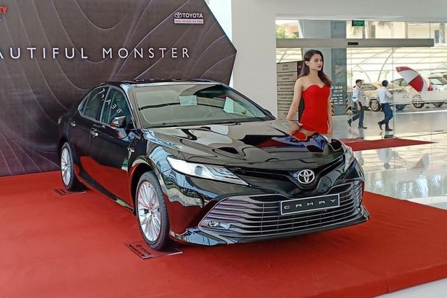 Toyota Camry 2019 bán chênh hàng chục triệu đồng tại đại lý - Ảnh 1.