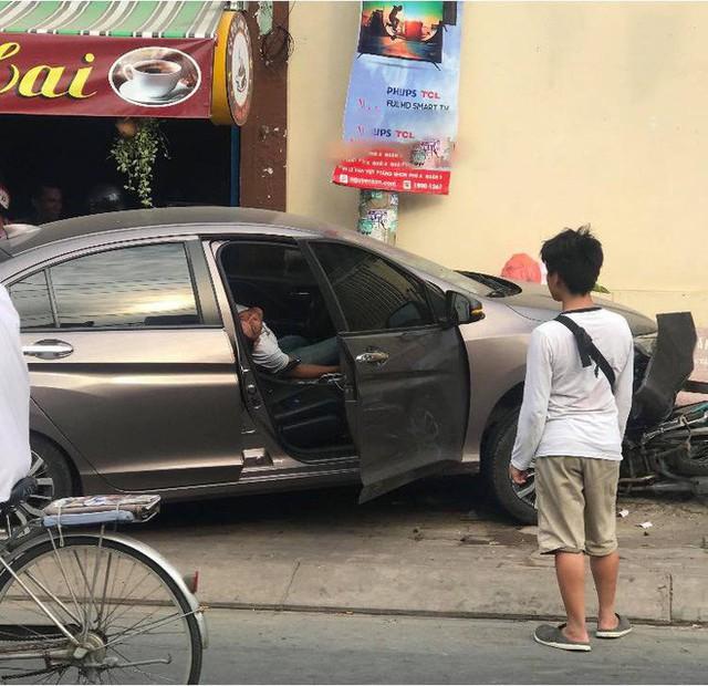 Honda City lao lên vỉa hè đâm 2 xe máy, tài xế ngồi sau tay lái có hành động bất thường - Ảnh 2.