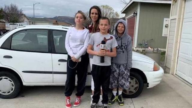Con nhà người ta: Cậu bé 13 tuổi mua ô tô tặng mẹ đi làm
