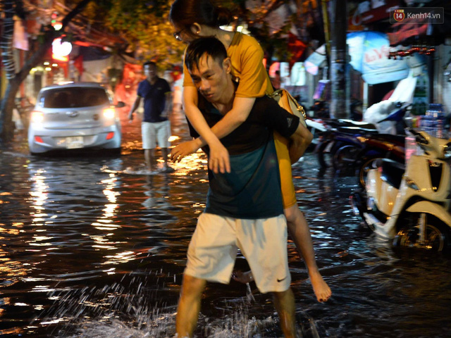 Hà Nội: Phố tây Tạ Hiện - Lương Ngọc Quyến mênh mông nước, nhiều cặp đôi phải cõng nhau di chuyển - Ảnh 2.