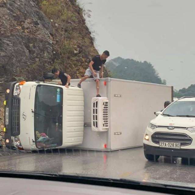 Clip: Xe tải ôm cua mất lái đâm vào sườn núi rồi lật ngang, hàng loạt xe máy may mắn thoát tai nạn trong gang tấc - Ảnh 3.