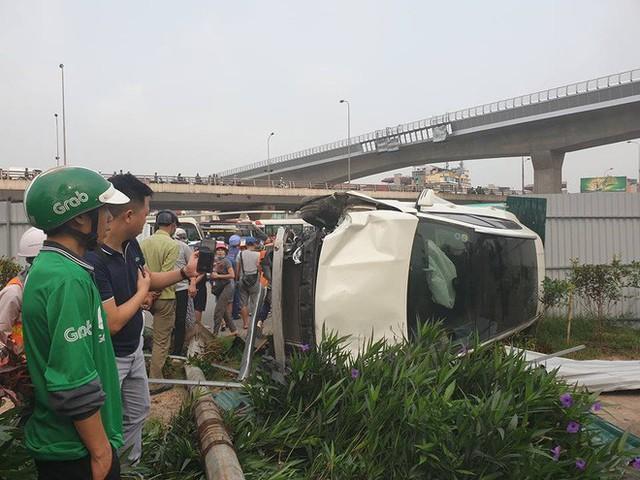 Clip: Nữ tài xế lái Mercedes vượt đèn đỏ, gây tai nạn liên hoàn ở Mai Dịch sáng nay - Ảnh 2.