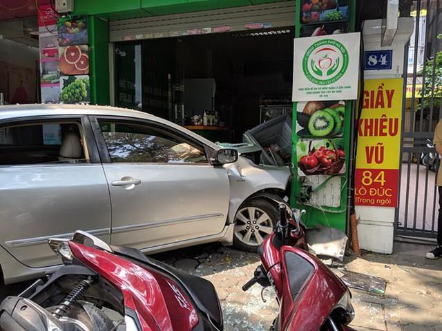 Thêm một người phụ nữ lái ô tô đâm thẳng cửa hàng bán hoa quả ở Hà Nội - Ảnh 1.