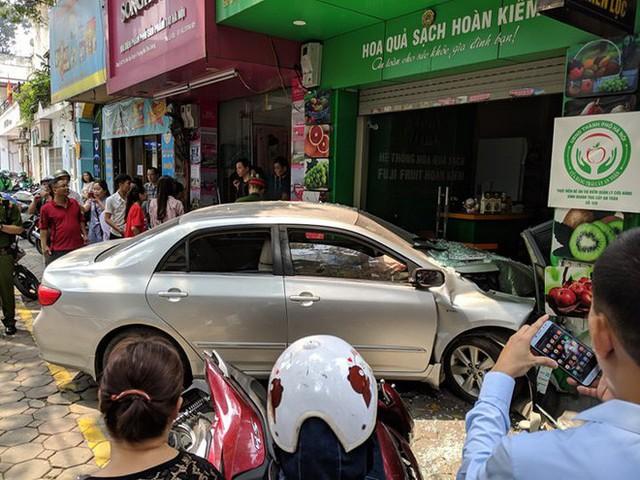 Thêm một người phụ nữ lái ô tô đâm thẳng cửa hàng bán hoa quả ở Hà Nội - Ảnh 2.
