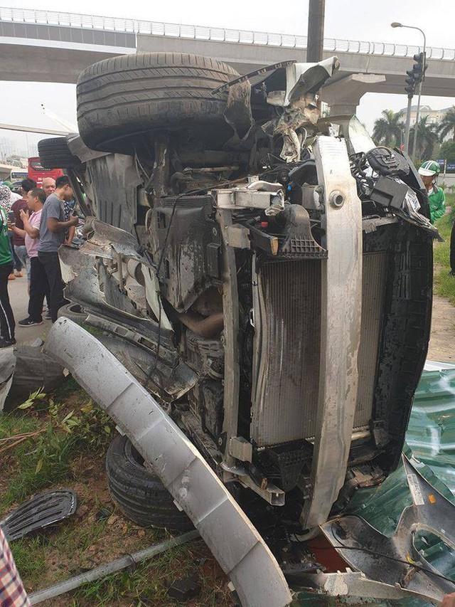Clip: Nữ tài xế lái Mercedes vượt đèn đỏ, gây tai nạn liên hoàn ở Mai Dịch sáng nay - Ảnh 4.