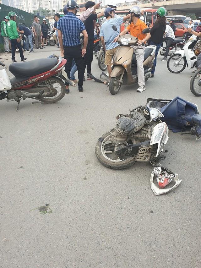 Clip: Nữ tài xế lái Mercedes vượt đèn đỏ, gây tai nạn liên hoàn ở Mai Dịch sáng nay - Ảnh 6.