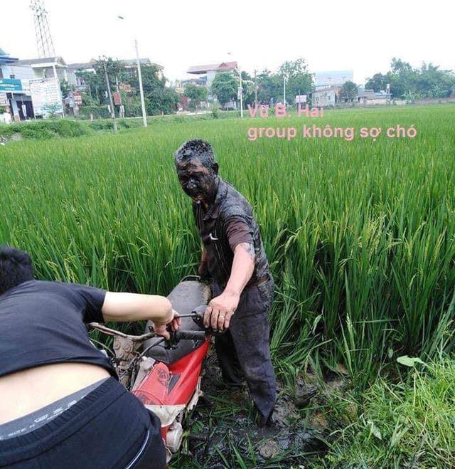 Hình ảnh bác trung niên đầm cả người và xe xuống ruộng lúa khiến dân mạng vừa thương vừa bàn tán xôn xao - Ảnh 1.