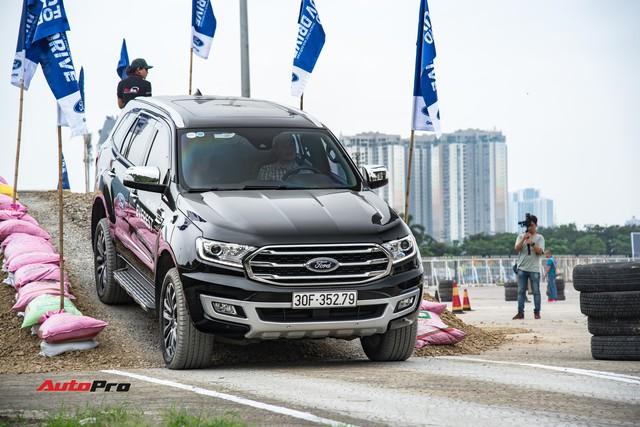 Khách Việt phá SUV và bán tải của Ford để thử sức mạnh trước khi xuống tiền - Ảnh 1.