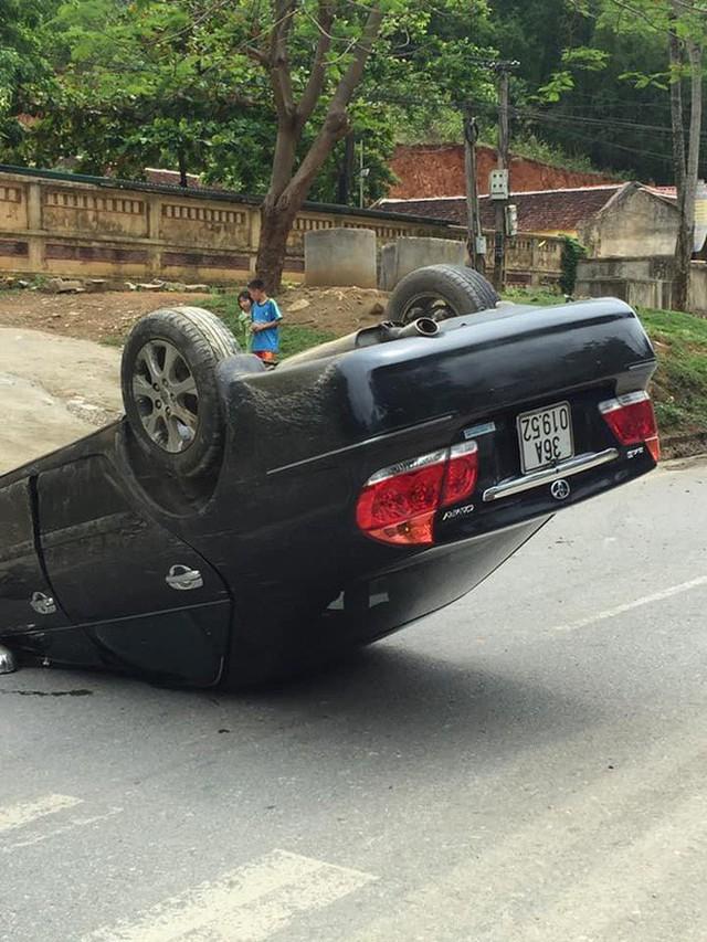 Clip: Khoảnh khắc lao xuống rãnh, xe Camry lật ngửa 'phơi bụng' như phim hành động - Ảnh 2.