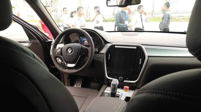 Người Việt tranh luận nhiều chi tiết khác biệt trên VinFast Lux tại nhà máy so với xe trưng bày