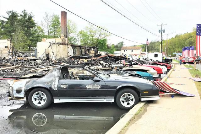 Dàn xe Chevrolet cổ cháy rụi tại phim trường FBO, cư dân mạng tiếc đứt ruột - Ảnh 1.