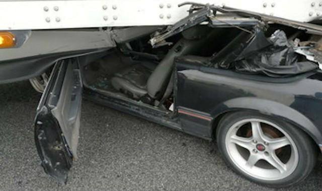 Ford Mustang rúc gầm xe container, tài xế bị kéo lê gần 1km vẫn sống sót - Ảnh 2.