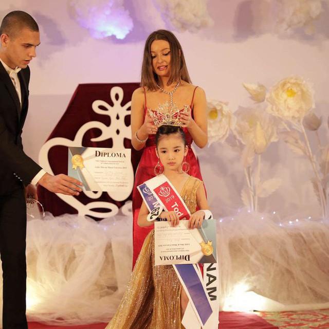 Hoa hậu hoàn vũ nhí 2019 được đón bằng xe sang dát vàng khi trở về Việt Nam - Ảnh 8.